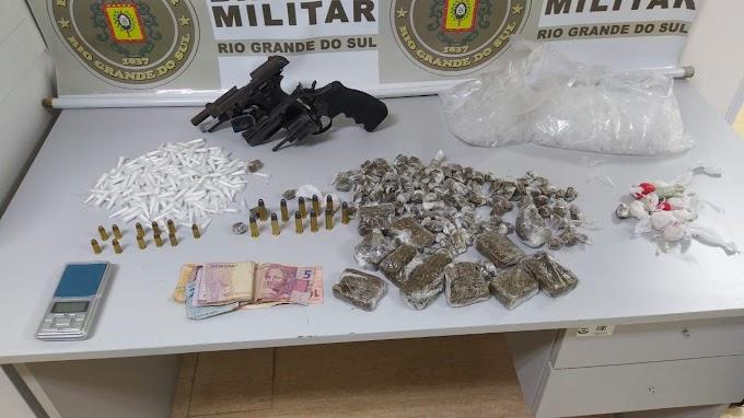 Homem é preso com duas armas de fogo e mais de 450 porções de drogas em Gravataí