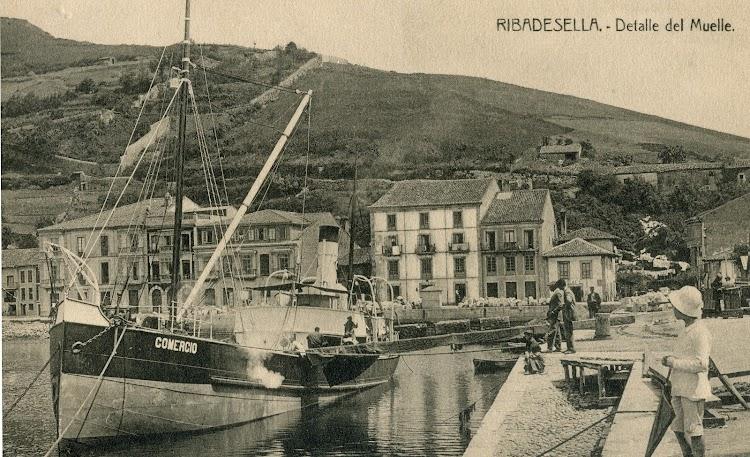 El vapor COMERCIO en el puerto de Ribadesella. Postal. Fecha indeterminada.jpg