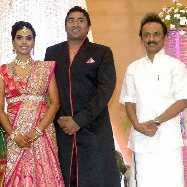 MK Stalin poses with the newlyweds Senthil and Dhasha during their
