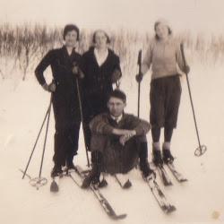 Mamma på ski men hvem er de andre