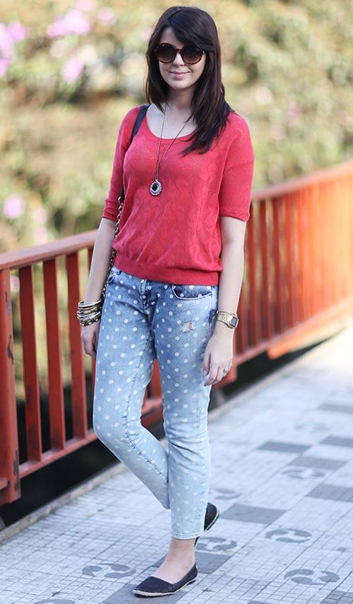 calça jeans degradê com bolinhas brancas