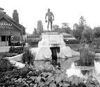 A budapesti állatkertben a cro-magnoni előember szobra (jelenleg az új Majomház kijáratánál áll), háttérben a Pálmaház, 1943 (Fotó: Fortepan)