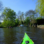 083-We laten Heeg achter ons en paddelen door zeer smalle grachtjes naar de Wegsloot....