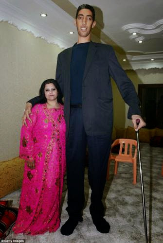 Photos World Tallest Man Finds Love With Woman 2ft 7in Shorter Than Him