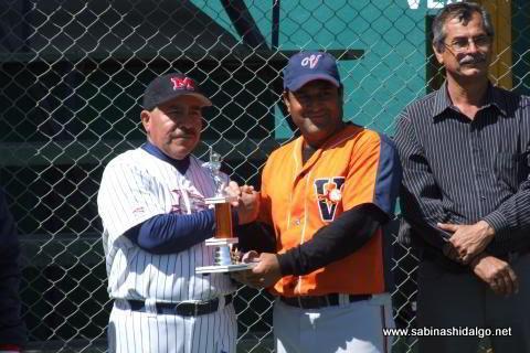 Entrega de trofeo al campeón bateador