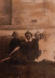 Крайняя слева Руфина Вересова, еще на фото Нина и Люда из Ям.(из личного архива Лучниковой Р.И.)