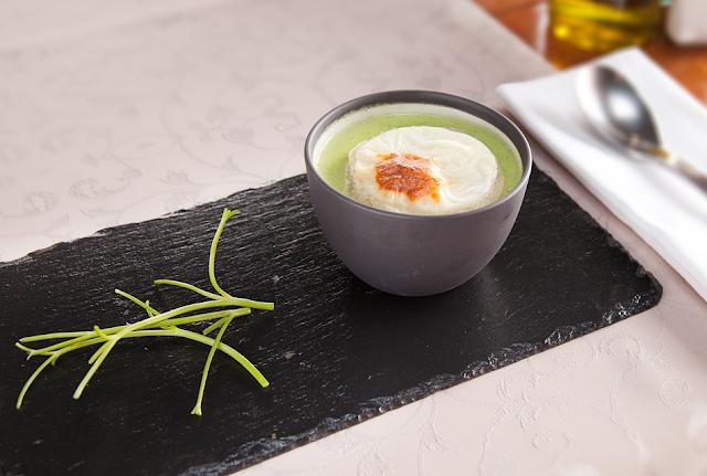 Суп - пюре из цукини и цыплёнка с сырным крутоном