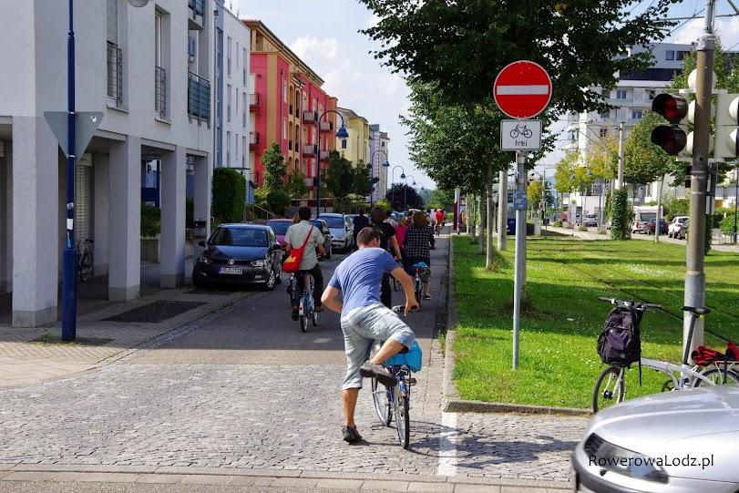 Ulica z kontraruchem rowerowym - ulica jednokierunkowa tylko dla samochodów.