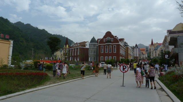 Suite au tremblement de terre la France a participé au financement pour la construction de ce village.Inauguré en mars 2011