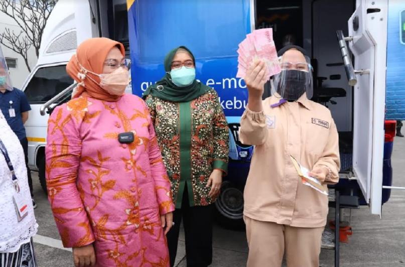 Tinjau Pembukaan Rekening Penerima BSU, Menaker Ida : Uangnya Sudah Diterima Pekerja