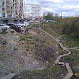 Возле пятого дома мусора нет уже давно - жильцы разбивают газон и цветники на склонах ручья Уинка