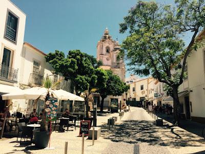 En bred gågate foran en kirke