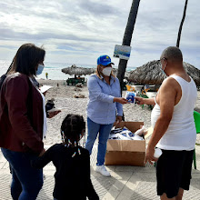 Directora Regional de turismo entrega kits de higiene en playas de Barahona, llama a la prudencia