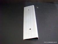 裝潢五金品名:45001-樓梯止滑條規格:6*600CM顏色:鋁色註:尺寸可裁切功能:可裝於樓梯台階上有止滑作用玖品五金