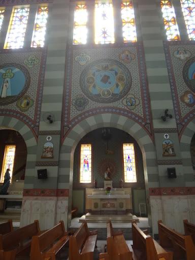 A Capela dedicada a São José remete-nos, toda a decoração externa, à Liturgia da Palavra. Assim, vemos a Bíblia que é mensagem de salvação.