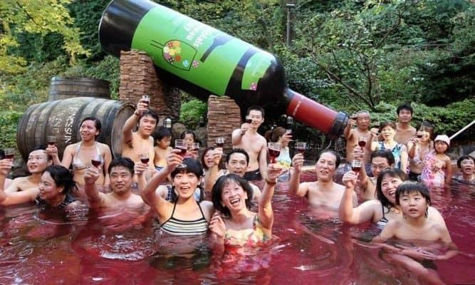 conheca-o-spa-no-japao-que-oferece-piscinas-de-vinho-cha-e-cafe-667x400