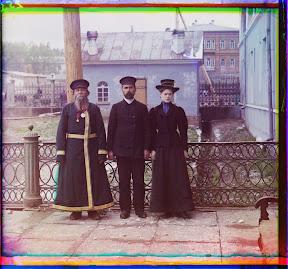 Городкой служащий А.П.Калганов позирует для портрета с сыном и внучкой, город Златоуст, 1907 год