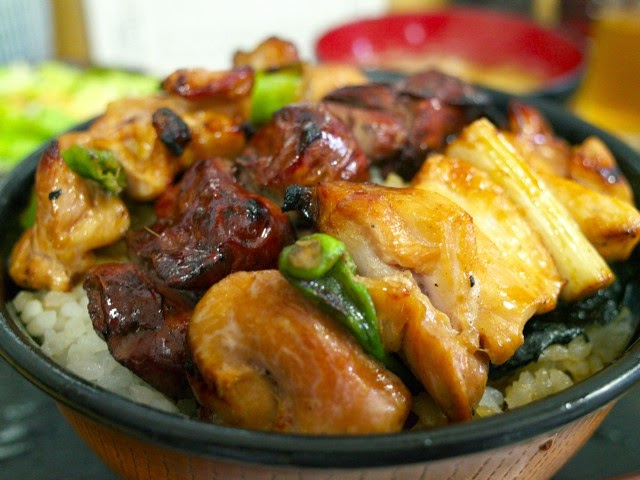 丼にスリキリ一杯御飯の上に盛られた焼き鳥
