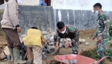 Pengamalan Nilai-nilai Pancasila,  Giat Langsir Batu Untuk Pembangunan Penahan Tebing Jalan Baru di TMMD Kodim Tapsel   di TMMD Kodim Tapsel