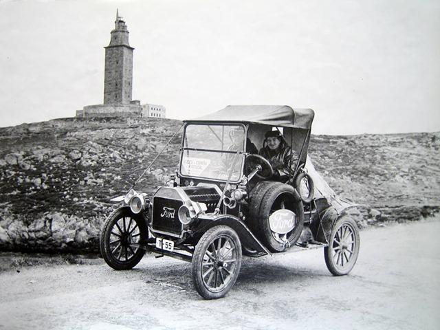 Antiguo Ford T delante de La Torre.