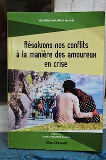 """La couverture du livre """"Résolvons nos conflits à la manière des amoureux en crise""""Radio Okapi/Ph: John Bompengo."""