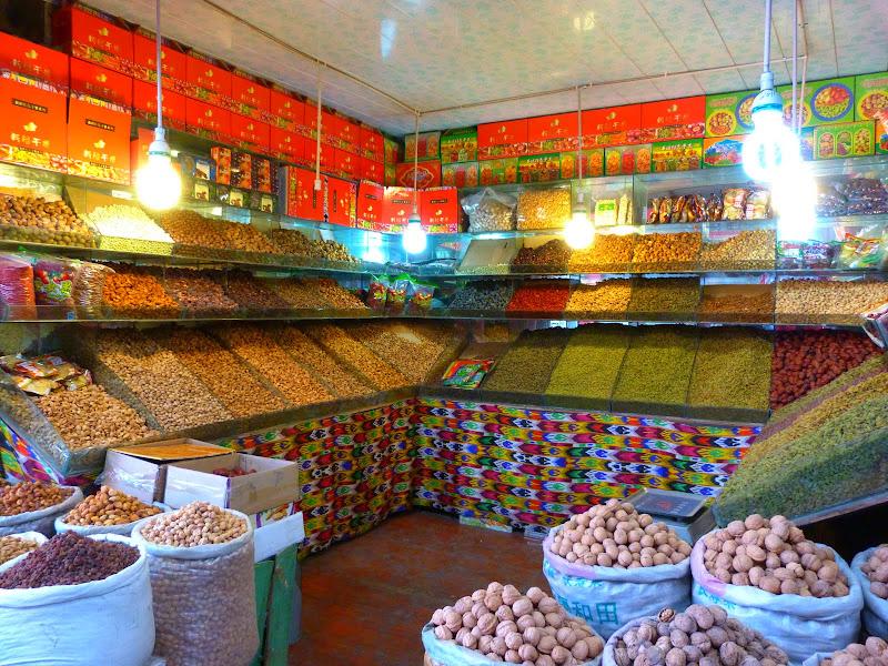 XINJIANG. Urumqi, Grand Bazar, 8 avril - P1270265.JPG