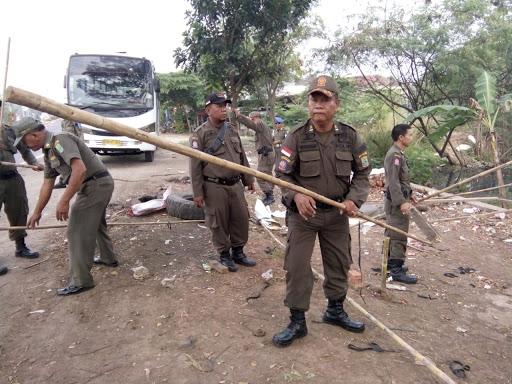 Satpol PP Karawang Tertibkan Warung Dadakan
