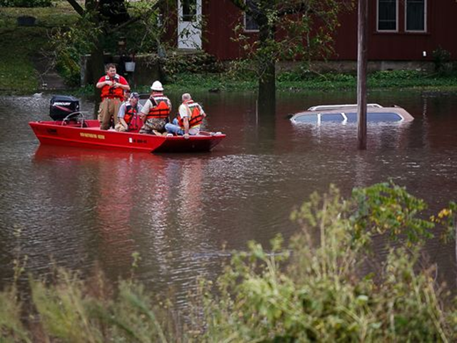 Workers from New Hartford fire and rescue ride along the Shell Rock River as flooding continues on Thursday, 22 September 2016, in Greene, Iowa. Photo: Brian Powers / Des Moines Register
