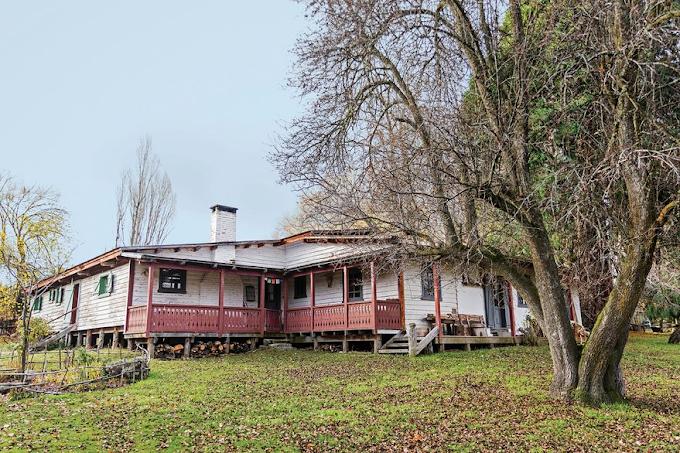 La primera casa de Epuyén, reconstruida por una pareja belga