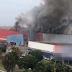 Fogo atinge galpão em Samambaia