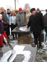 Photo: Raižių totorių bendruomenės pirmininkas Ipolitas Makulavičius pasakoja apie saulės laikrodžius.