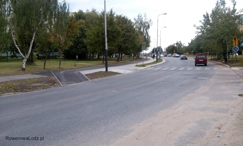 Na wysokości skrzyżowania z ul. Balonową zjazd na jezdnię