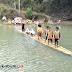 Tidak Punya Jembatan, Pelajar di Sukabumi Terpaksa Naik Rakit Atau Berputar Arah Sejauh 30 KM