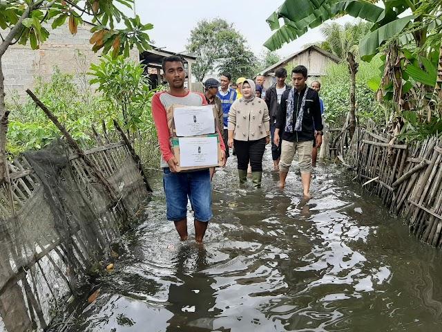 HMI Cabang Bekasi bersama dr. Tuti Yasin menyalurkan bantuan untuk korban banjir