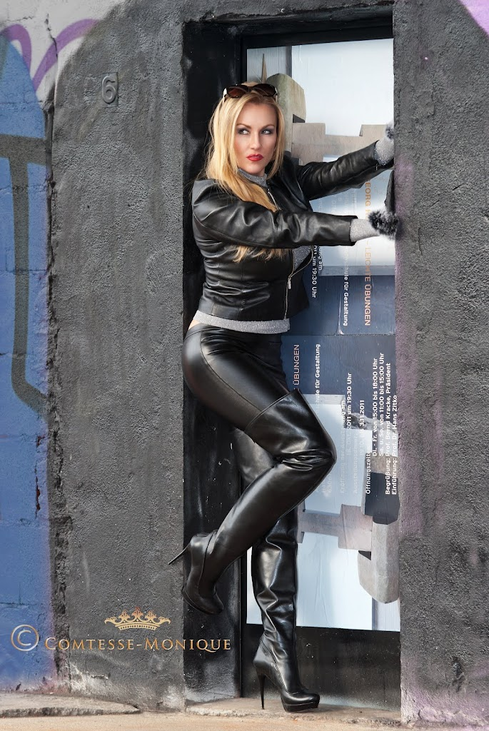 Comtesse Monique tight leather pants