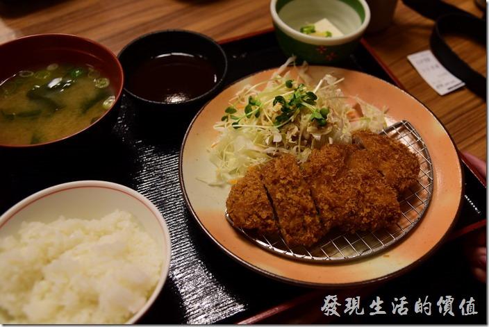 日本-街角屋平價和食定食料理。炸豬排定食,外皮炸到有的酥酥的,為什麼豬排就會炸到酥酥,而炸雞就不會呢?套餐內一樣有一碗白飯、味噌湯及豆腐。
