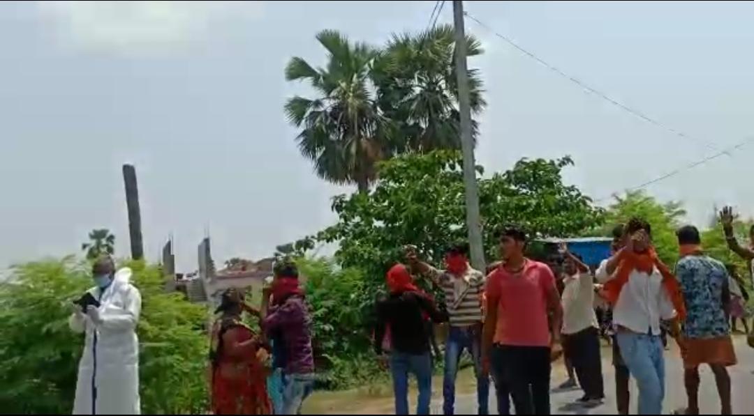 समस्तीपुर मोक्षधाम में कोरोना संक्रमित का अंतिम संस्कार का ग्रामीण ने किया विरोध,उग्रभीड़ ने किया सड़क जाम।