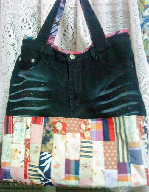 Bolsa feita com calça jeans e retalhos