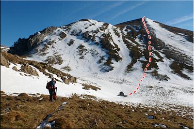 Descendemos hasta el pequeño refugio metálico. A la izquierda queda el Paso del Oso, ruta para ascender el Pico Acherito