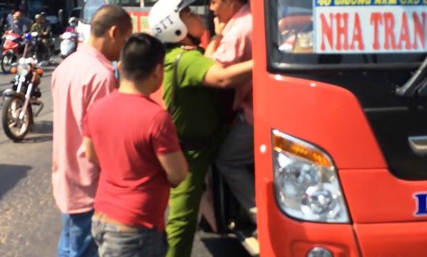 Canh sat trat tu phai no sung de tran ap Hang tram nguoi dan chung kien mot phen hot hoang khi nghe sung no