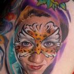 cara de olhos azuis e desenho de borboleta.jpg
