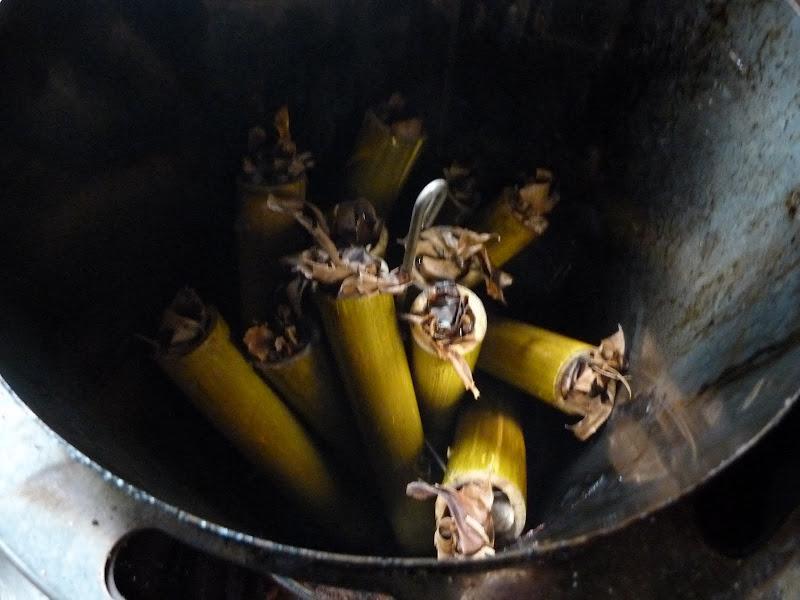 on remplit les tubes de bambous de riz,on ferme en bourrant des feuilles de bananier et on cuit une heure.Succulent