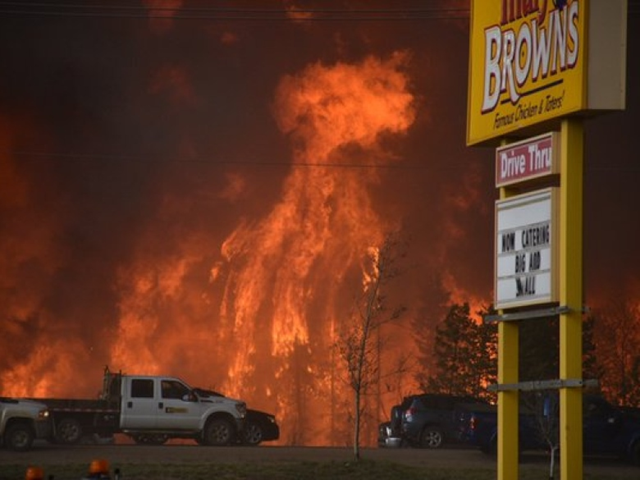 Fire threatens Fort McMurray, Alta., on 4 May 2016. Fire officials face another day of high temperatures and strong winds likely to fuel a raging wildfire that has led to the evacuation of Fort McMurray, and the expected arrival in Edmonton of nearly 20,000 evacuees. Photo: Terry Reith / CBC
