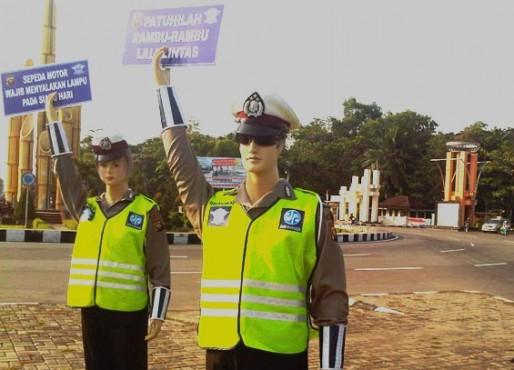 Meneladani Polisi Tidur dan Patung Polisi