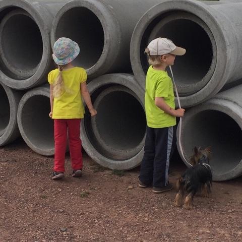 Kinder bestaunen Baustelle