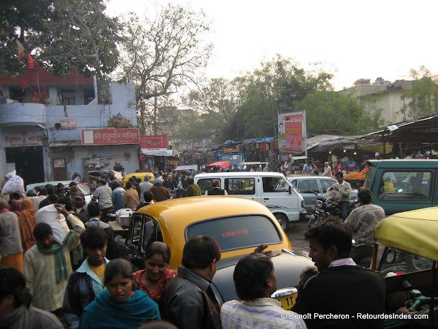 Une rue encombrée de Kotla Mubarakpur, Delhi