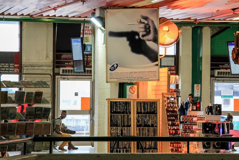 Dworzec w Tel Awiwe. Palenie Zabija!