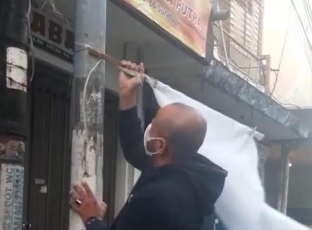 Pelaku Pengibar Bendera Putih di Jalan Sasak Kawasan Wisata Religi Ampel akhirnya meminta Maaf.