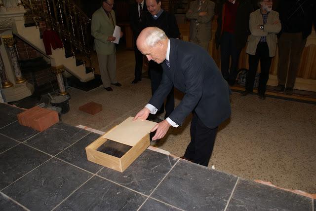 Inmetselen loden kistje in St. Agathakerk (afronding restauratie) - DSC06433.JPG