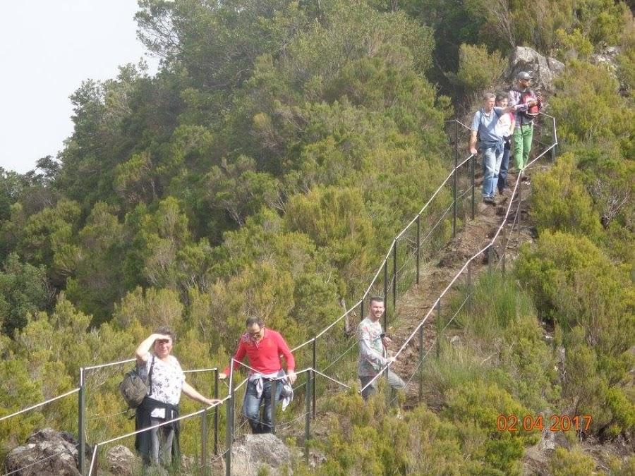 de beroemde 'hangbrug'van Lombo do Mouro